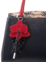 Кожаная сумка с красивым цветочным брелоком
